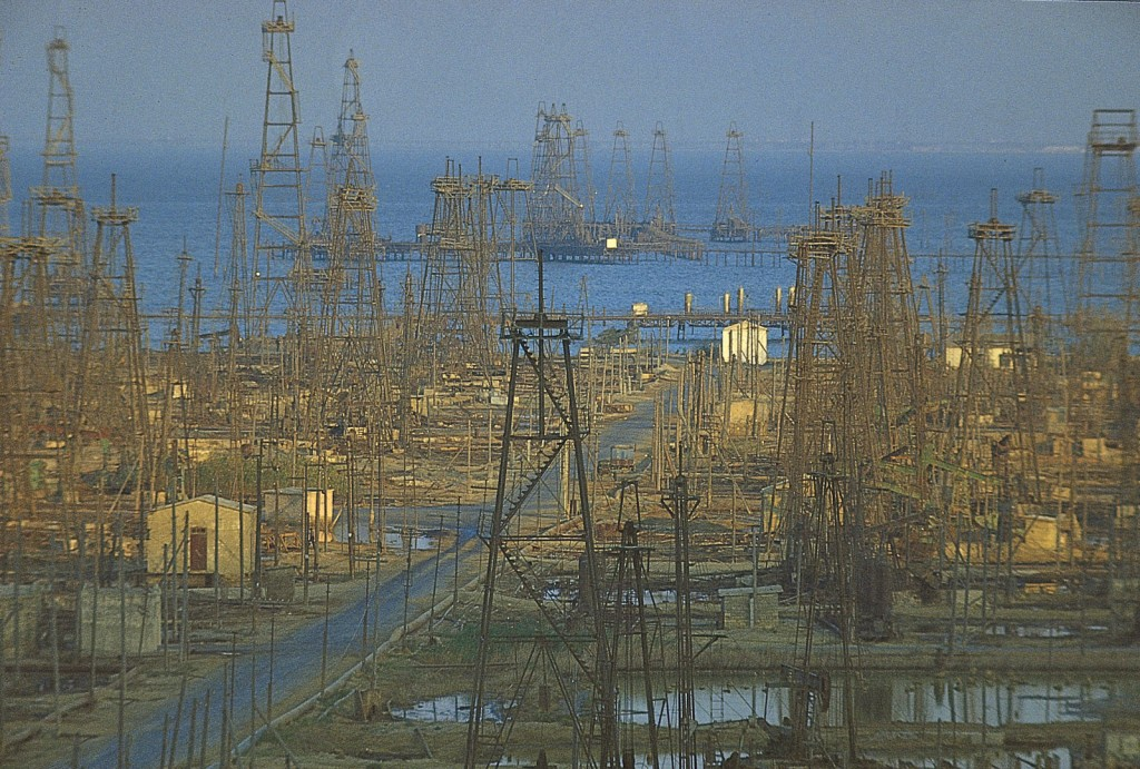 Champs d'anciens derricks en Azerbaidjan. Et oui, le pic arrive aussi pour chaque puit de pétrole individuel ! | http://kids.britannica.com/