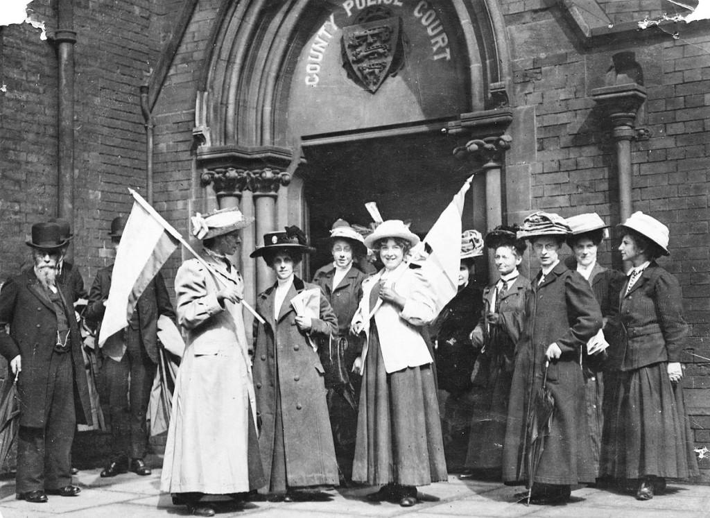 Un bataillon de suffragettes... Prenez gardes, inégalités ! [ Source : Johnny Cyprus, Creative Commons